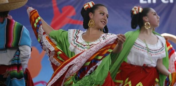 Bailarinas se apresentam no 5º encontro Plural de la Danza, no centro cultural Ollin Yoliztli na Cidade do México (28/4/12) - EFE/Sáshenka Gutiérrez