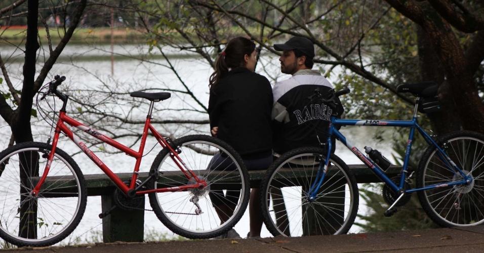 Casal encara passeio de bicicleta e curte o frio no parque do Ibirapuera, em São Paulo