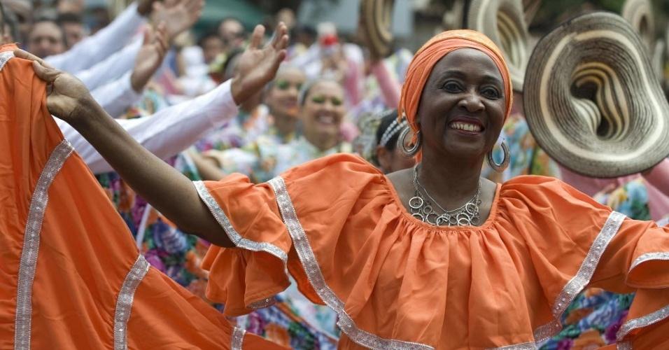 Dançarinos tentam quebrar recorde do Guinness pelo maior número de pessoas dançando ao som da música ?La Pollera Colora?, de Wilson Choperena, na Colômbia