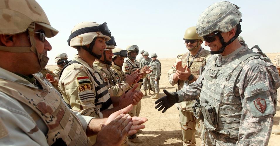 Em foto de terça-feira (24) divulgada hoje, um general americano cumprimenta soldados do Iraque durante treinamento na base de Besmaya, em Bagdá