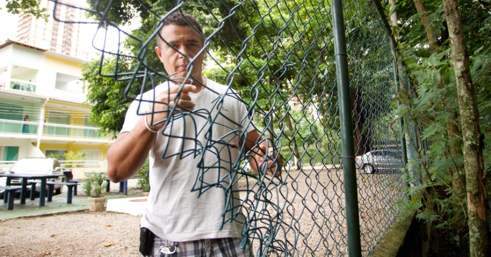 Empresário mostra a cerca do condomínio onde mora, na Barra da Tijuca, no Rio de Janeiro, cortada por um assaltante