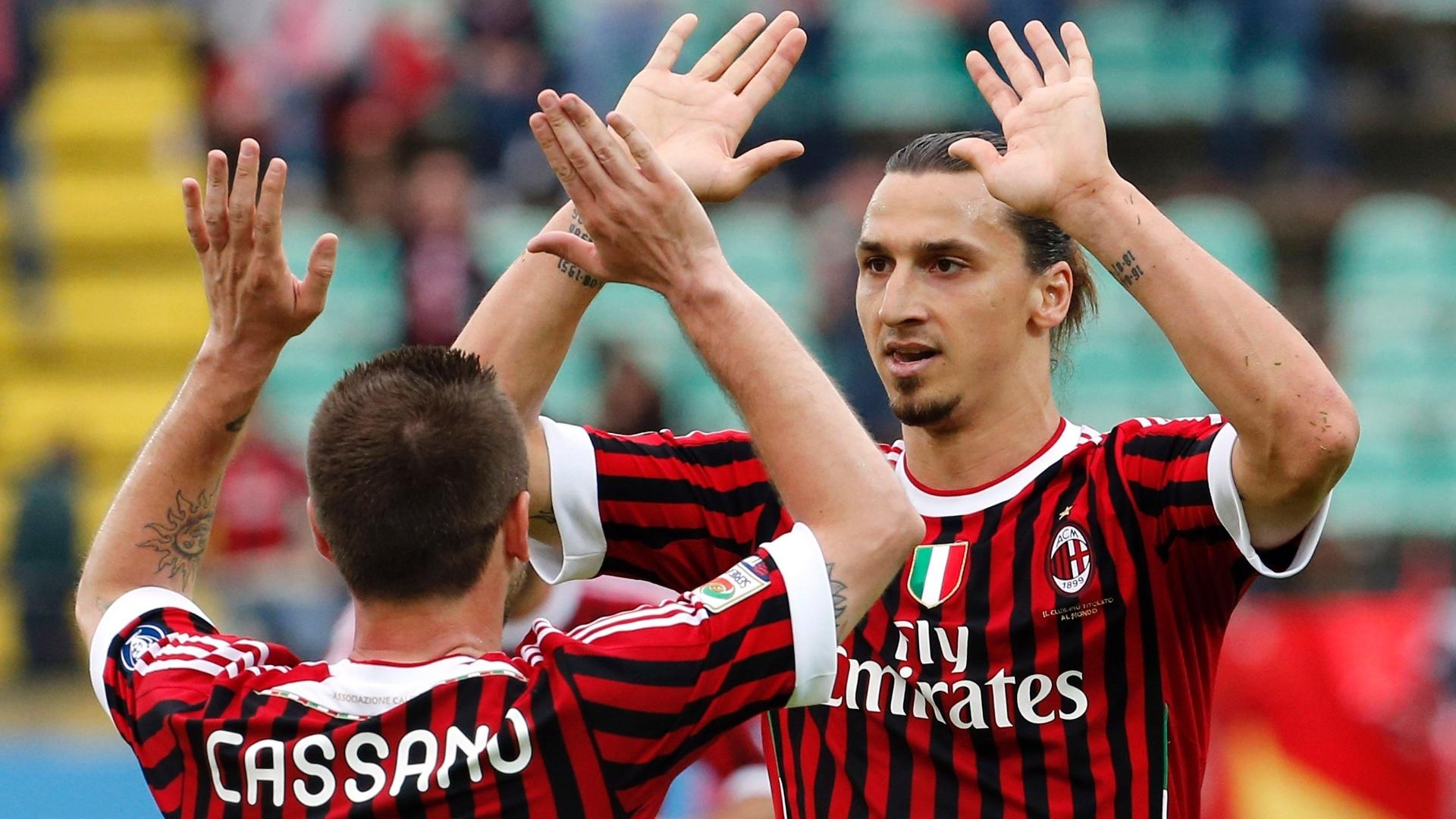 Ibrahimovic comemora com Cassano um de seus dois gols na goleada do Milan sobre o Siena