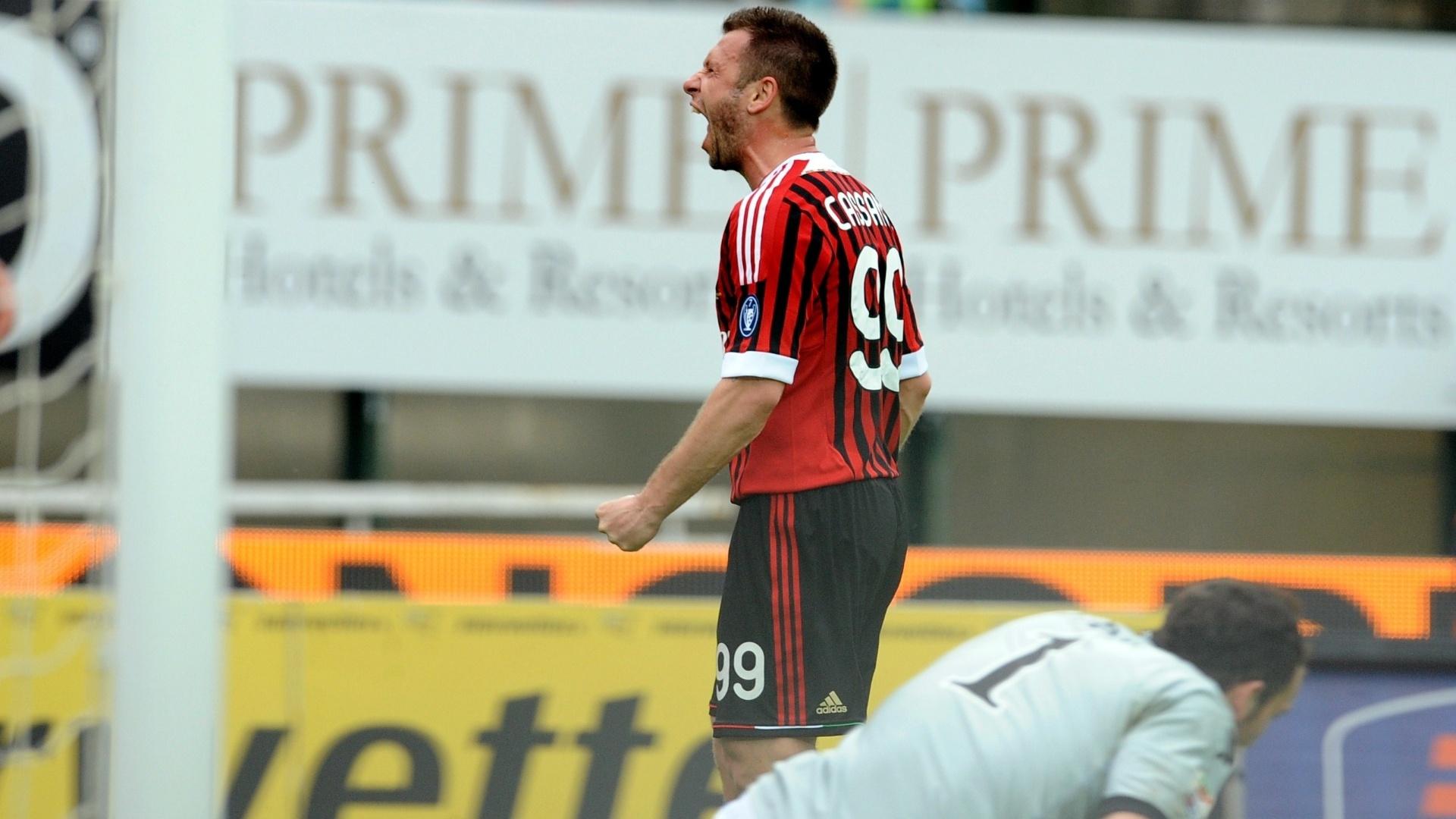 Jogando fora de casa, Cassano celebra o primeiro gol do Milan diante do Siena