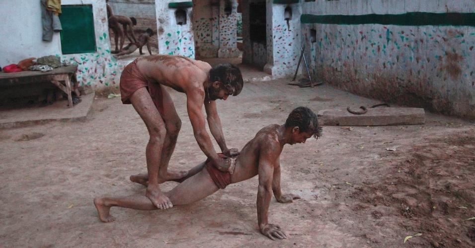 Lutador se exercita em centro de treinamento na antiga cidade de Lahore, no Paquistão