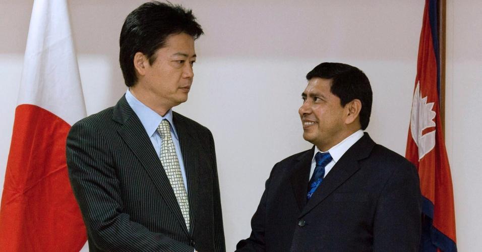 Ministro dos Negócios Estrangeiros do Nepal, Naryankaji Shrestha, (à direita) se reúne com seu correspondente japonês, Koichiro Gemba, durante visita oficial, em Katmandu, Nepal, neste domingo (29)