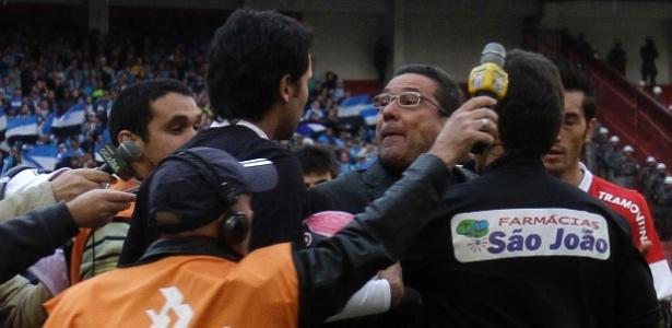 O técnico do Grêmio, Vanderlei Luxemburgo, discute com gândula contra o Inter