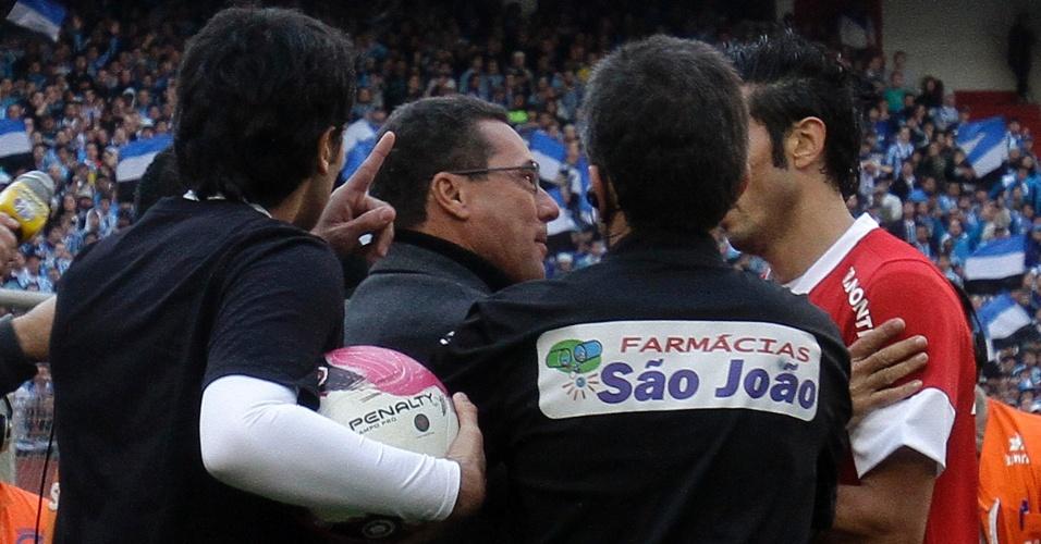 O técnico do Grêmio, Vanderlei Luxemburgo, no momento em que discutia com o gandulo da partida contra o Internacional, no Beira-Rio