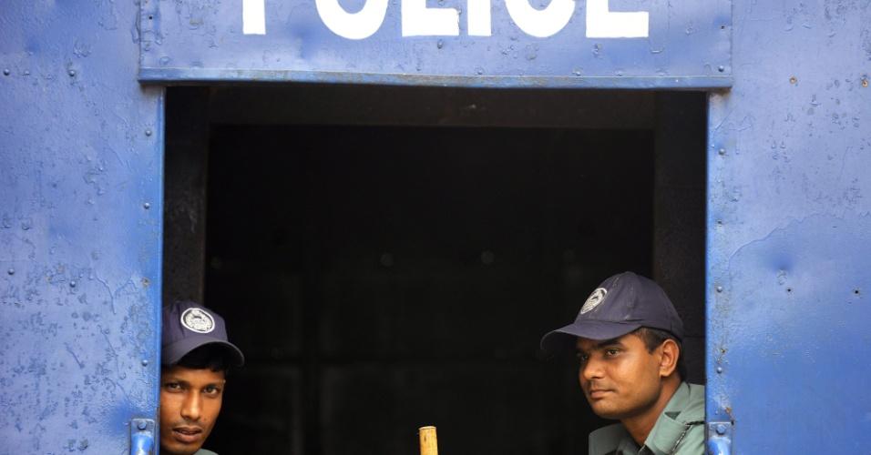 Policiais fazem guarda em dia de greve nacional em Dhaka, em Bangladesh