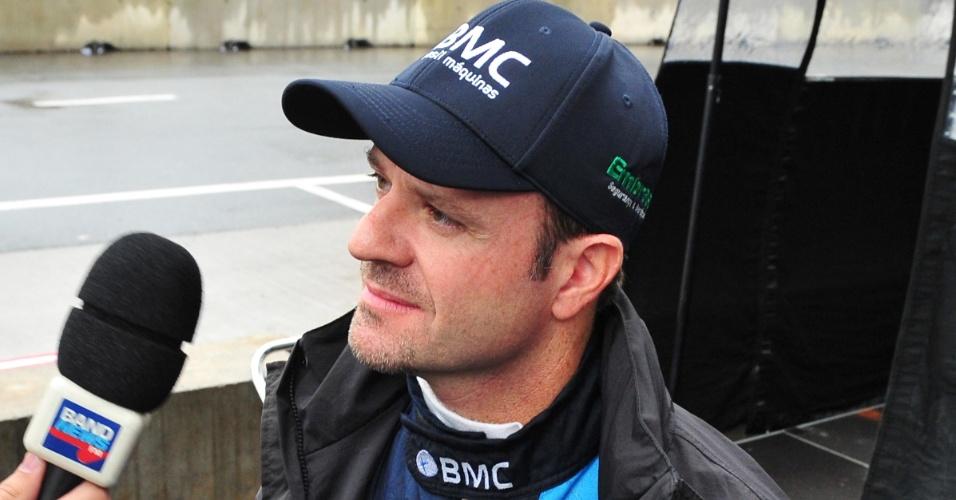 Rubens Barrichello, da equipe KV, dá entrevista na manhã de domingo, antes da prova
