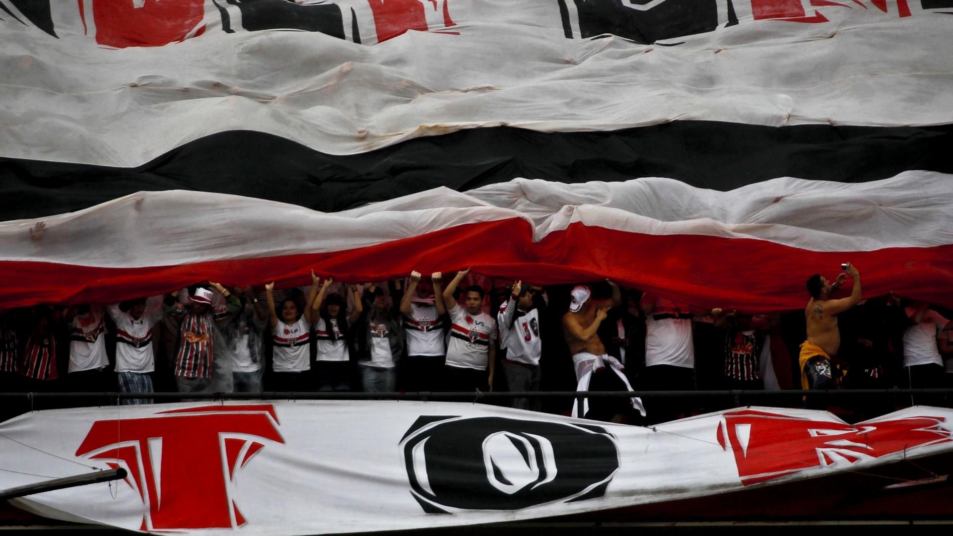 Torcida do São Paulo estende bandeirão nas arquibancadas do Morumbi