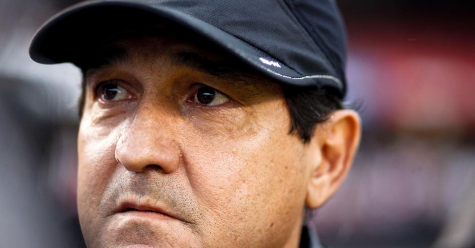 Treinador Muriciy Ramalho observa o campo antes do início da semifinal do Campeonato Paulista