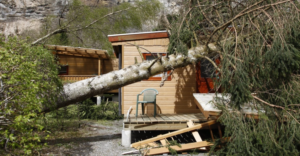 Um camping ficou destruído depois que uma rajada de vento de 200 km/h atingiu a Suíça na noite deste domingo (28)