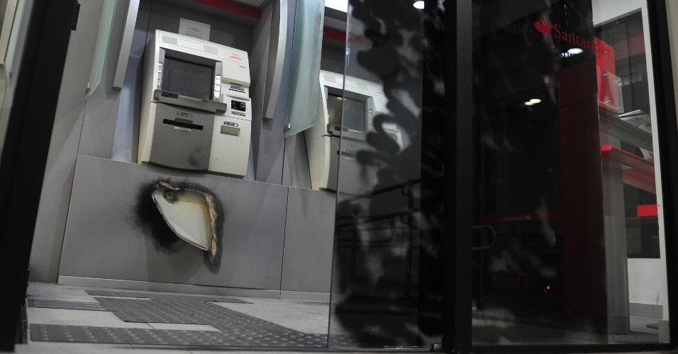 Uma agência bancária foi arrombada com um maçarico na avenida Assis Brasil, zona Norte de Porto Alegre, na madrugada de domingo (29). A ação danificou a porta e o caixa eletrônico, mas os bandidos não conseguiram levar o dinheiro