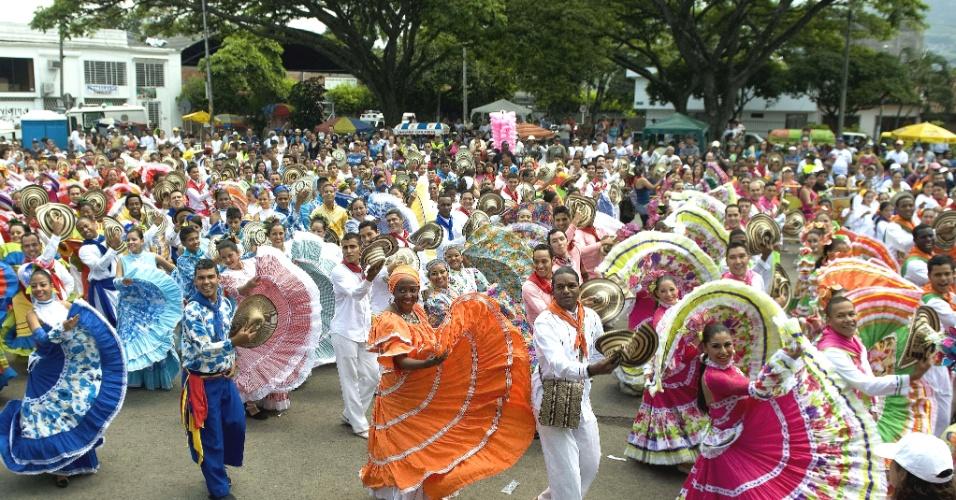 """A tentativa de recorde de pessoas dançando ao mesmo tempo a música """"La pollera colorá"""" mobilizou 4.258 pessoas de 11 cidades colombianas neste domingo (29)"""