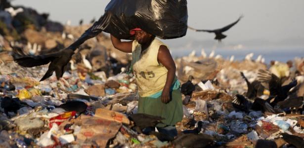 Catadora recolhe material reciclável em lixão no RJ: cidade firmou parceria com BNDES