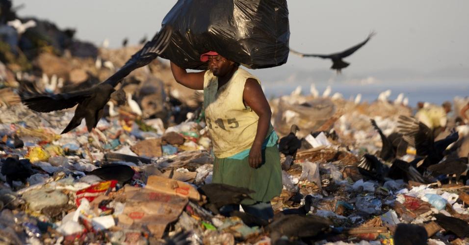 Catadores de lixo dedicam-se ao trabalho de recolher material reciclável no lixão de Jardim Gramacho, no Rio de Janeiro