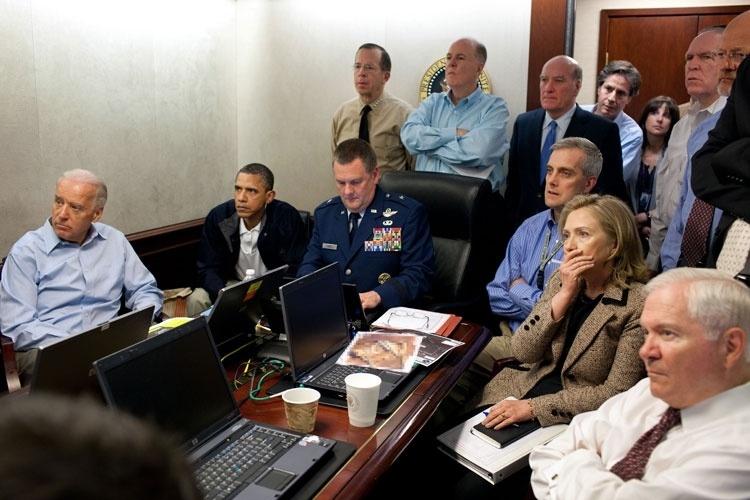 Em 1º de maio de 2011 morreu o terrorista mais procurado do mundo: Osama Bin Laden. Na foto, o presidente dos Estados Unidos, Barack Obama, o vice-presidente Joe Biden e membros da equipe de segurança nacional são atualizados sobre a missão das forças especiais encarregadas de encontrar o terrorista. Sua morte contribui para a desarticulação da rede terrorista Al-Qaeda.
