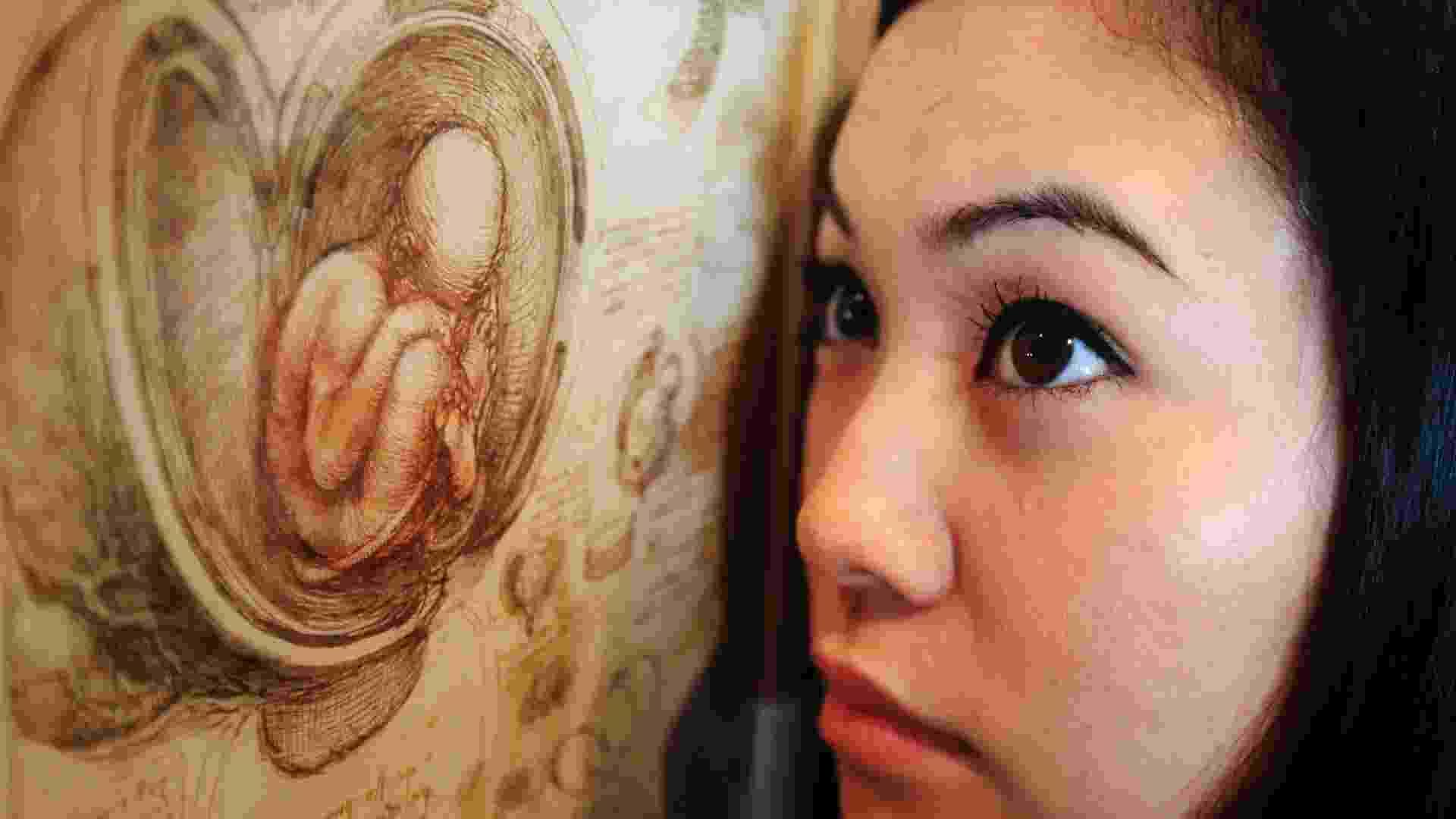 Funcionária da Queen's Gallery de Londres posa ao lado de desenho feito por Leonardo Da Vinci (30/4/12) - REUTERS/Luke MacGregor