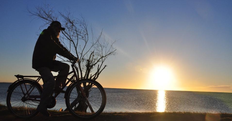 Homem pedala na manhã desta segunda-feira (30) em Pelotas, no Rio Grande do Sul