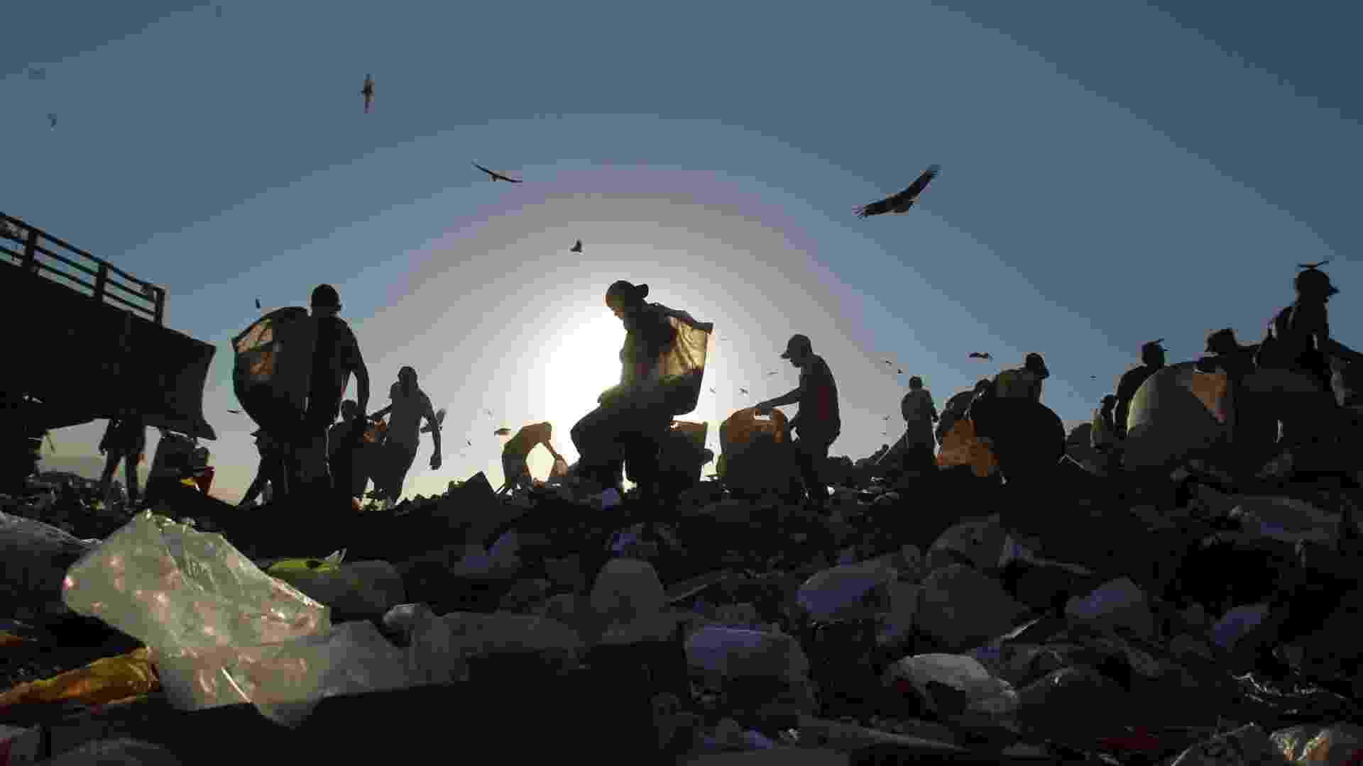 Homens recolhem material para reciclagem em Jardim Gramacho, no Rio de Janeiro - Antonio Lacerda - 19.abr.2012 / EFE
