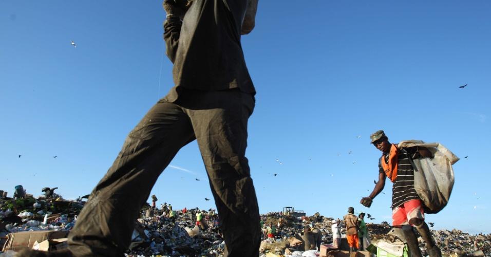 Homens recolhem material para reciclagem em Jardim Gramacho, no Rio de Janeiro