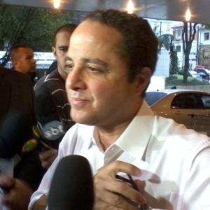 O médico Roberto Kalil falou do estado de saúde do cantor Pedro (30/4/12) - Beatriz Amêndola/UOL