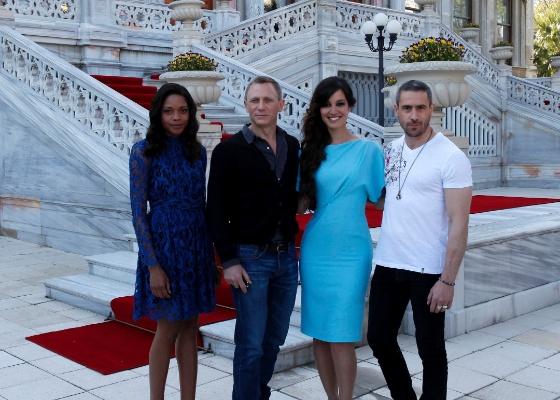 """Os atores Naomie Harris, Daniel Craig, Bérénice Marlohe e Ola Rapace durante a apresentação de """"007 - Operação Skyfall"""", novo filme de James Bond, em Istambul, na Turquia (29/4/12)"""