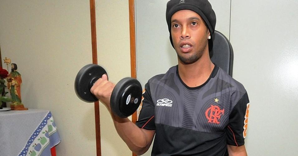 Ronaldinho Gaúcho se exercita na academia do CT Ninho do Urubu