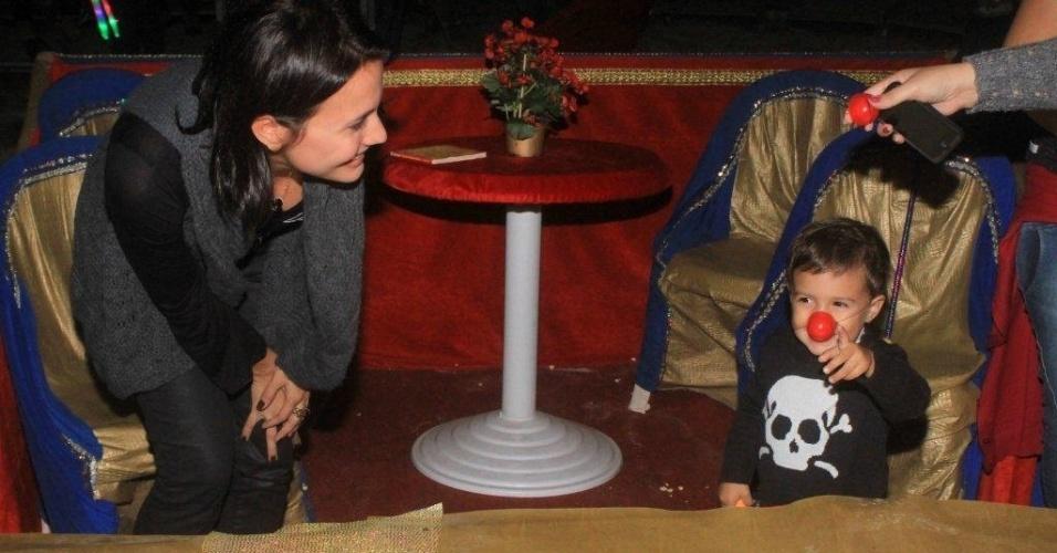 A atriz Juliana Knust leva o filho Mateus ao Circo Stankowich, na Barra da Tijuca, no Rio de Janeiro (1/5/12)