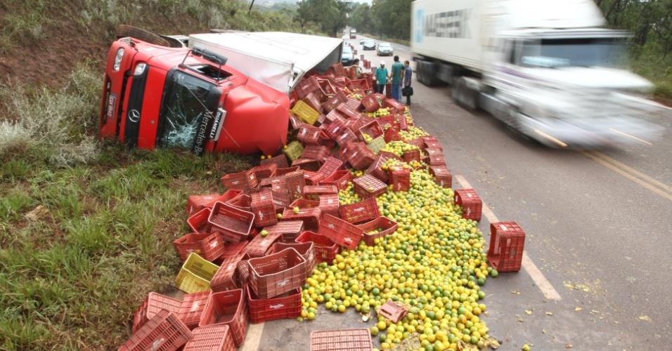 Acidente envolvendo um caminhão carregado de laranjas na BR-040, próximo ao trevo de Moeda, em Nova Lina, Região Metropolitana de Belo Horizonte (MG), na tarde desta terça- feira