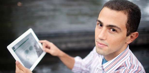 Anselmo Eduardo Martelini Júnior, 28, cursa pós-graduação e assiste às aulas no tablet
