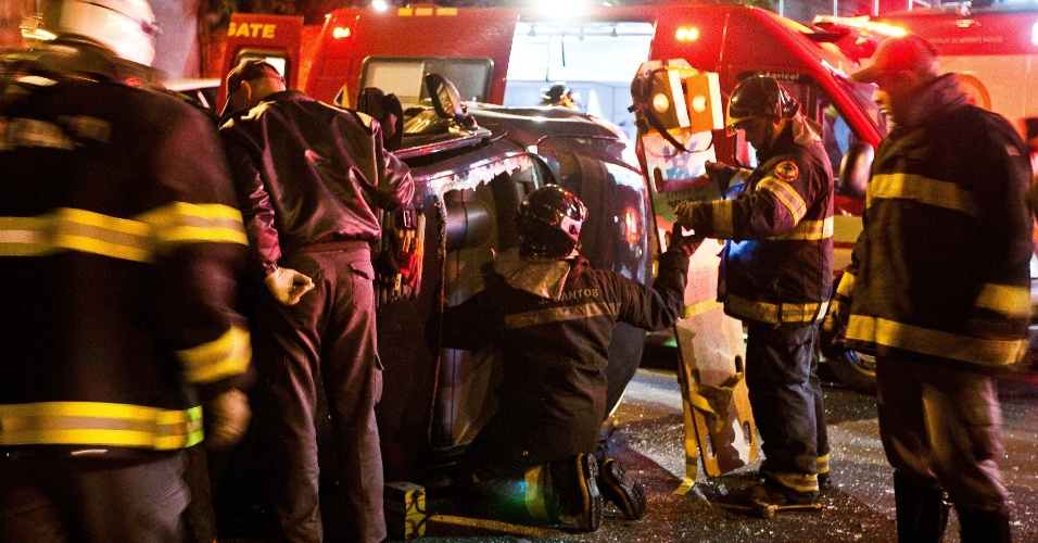 Bombeiros trabalham em resgate de mulher após batida de carro na avenida Corifeu de Azevedo Marques, no Butantã, zona oeste de São Paulo