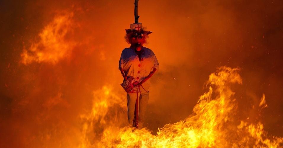 Boneco de uma bruxa queima em fogueira durante a tradicional Noite de Walpurgis (ou Noite das Bruxas) em Goeda, na Alemanha