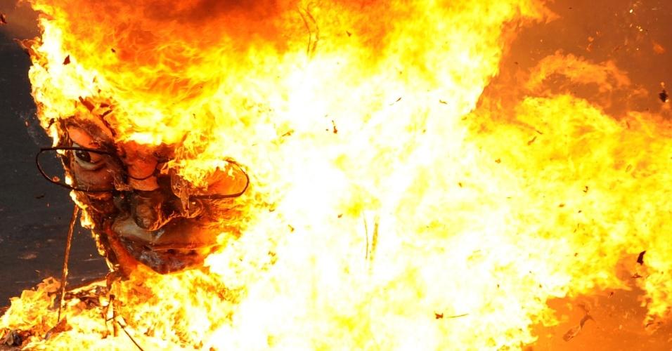 Boneco do presidente das Filipinas, Benigno Aquino, é queimado nesta terça-feira (1º) durante protesto realizado no país no Dia do Trabalho