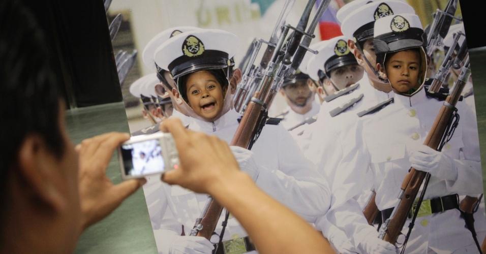 Crianças posam para fotos em corpos de marinheiros durante abertura de exposição da Marinha do México em Monterrey
