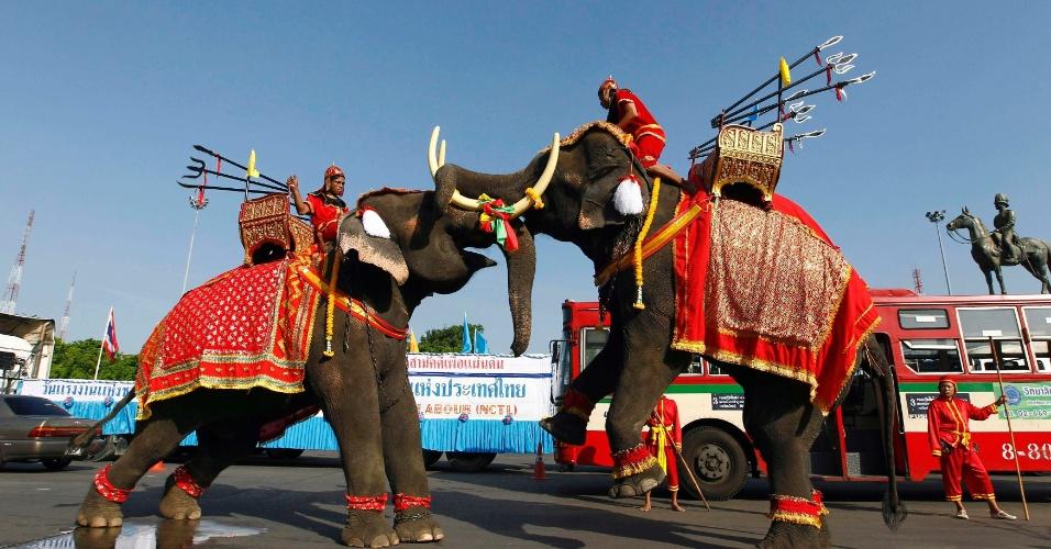 Elefantes se apresentam em evento para comemorar o Dia do Trabalho em Bancoc, na Tailândia