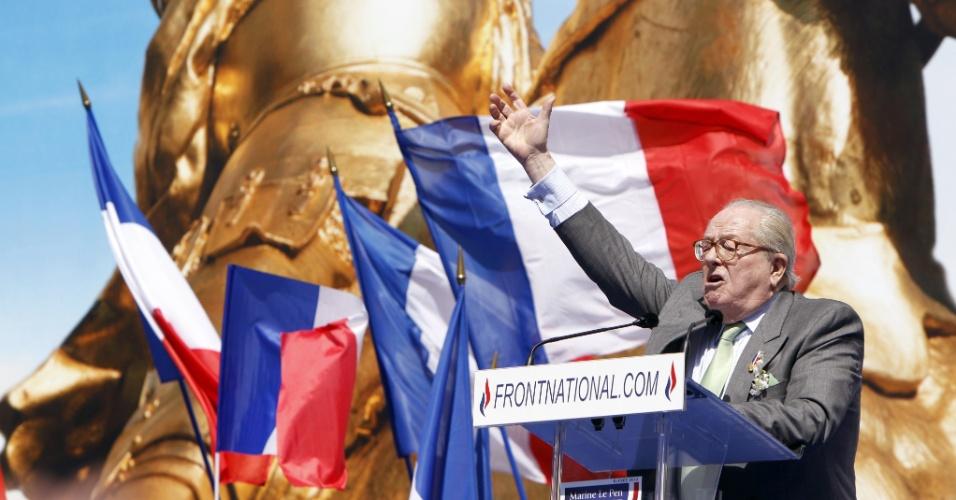 Ex-presidente do partido ultraconservador Frente Nacional, Jean-Marie Le Pen, discursa nesta terça-feira (1°), Dia do Trabalho, próximo a estátua de Joana d'Arc em Paris