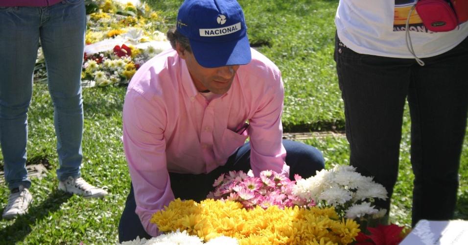 Fãs e amigos fazem homenagens com flores e orações pelos 18 anos da morte do piloto de Fórmula 1 Ayrton Senna, no cemitério do Morumbi, em São Paulo, nesta terça-feira (1º)