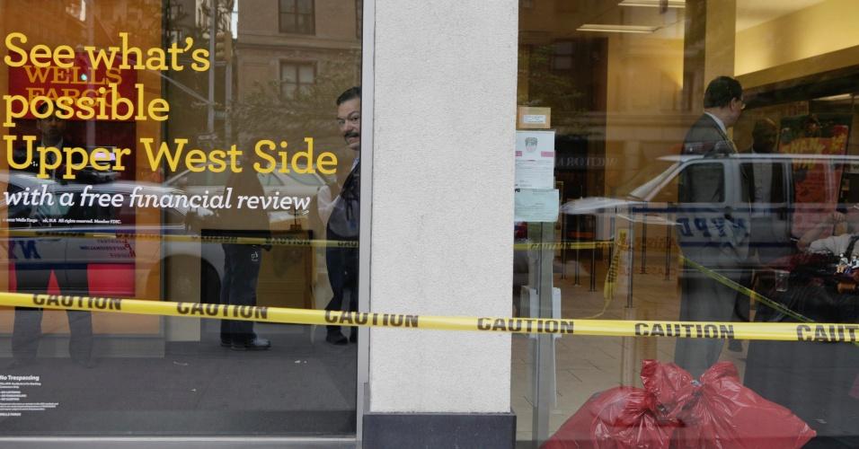 Funcionários esperam do lado de dentro de agência do banco norte-americano Wells Fargo em Nova York, nos Estados Unidos, após a instituição receber envelopes contendo um pó branco suspeito