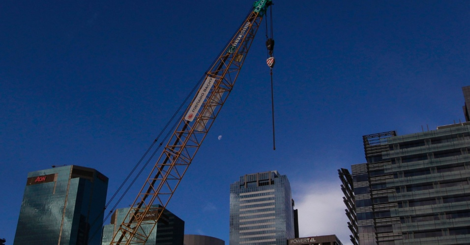 Guindaste é utilizado em construção no centro de Sydney, na Austrália