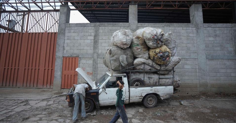 Homem verifica caminhonete carregado com lixo metálico para reciclagem em Tegucigalpa, em Honduras