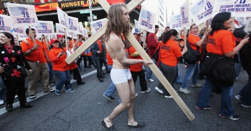 Manifestante do movimento Occupy Wall Street participa de marcha pela Broadway, em Nova York. O movimento se juntou a sindicatos de trabalhadores nesta terça-feira (1º)