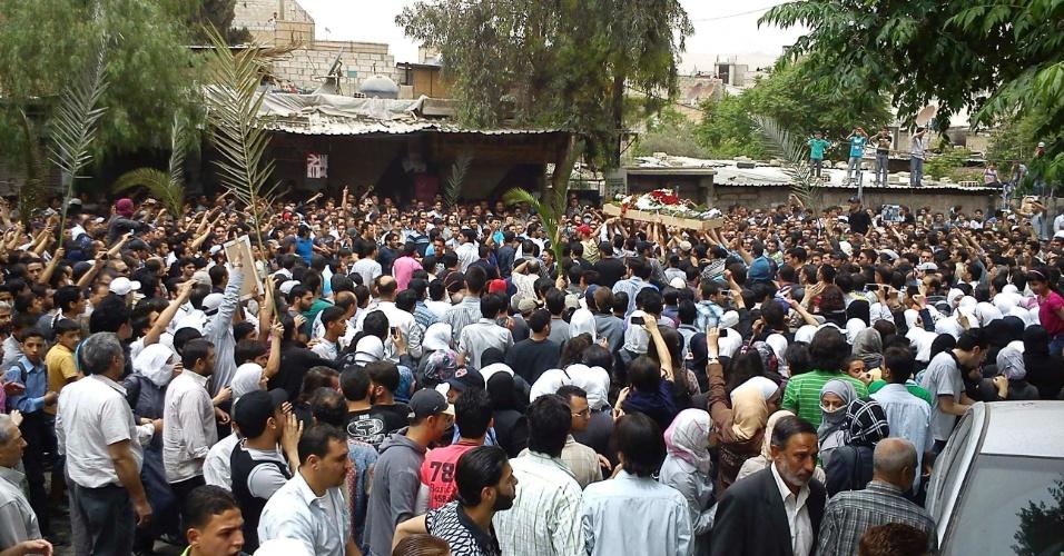 Manifestantes antigoverno vão ao funeral de Muhammad Noor Zahar, que teria sido morto por civis armados leais ao presidente da Síria, Bashar al-Assad, em Damasco