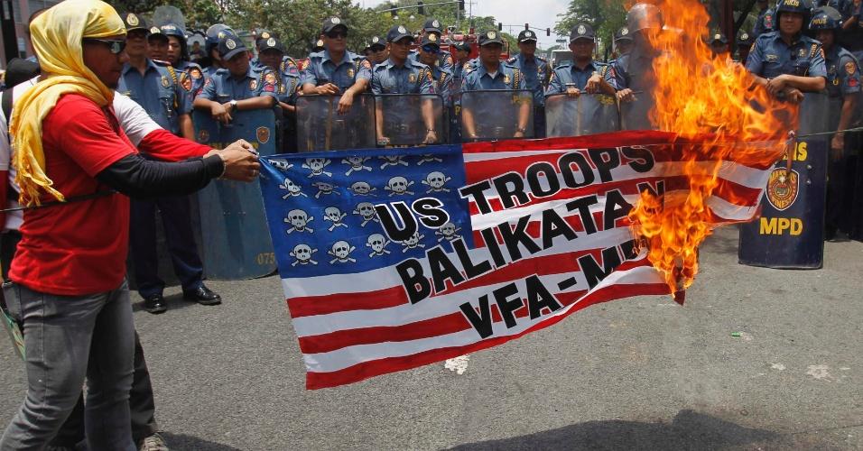 Manifestantes queimam réplica de bandeira dos Estados Unidos durante protesto em frente à embaixada norte-americana em Manila, nas Filipinas, que condena os exercícios militares realizados na semana passada em cooperação entre os dois países