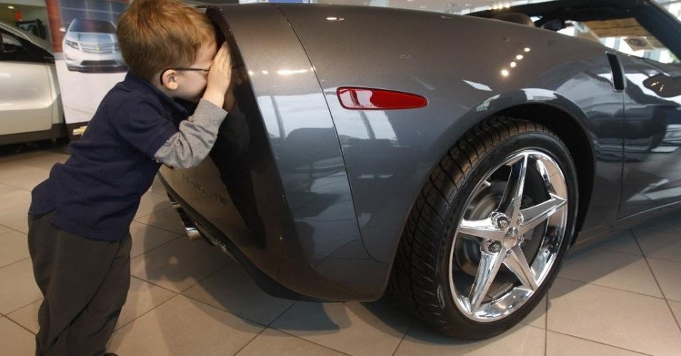 Menino observa carro da General Motors em concessionára de Gaithersburg (EUA)