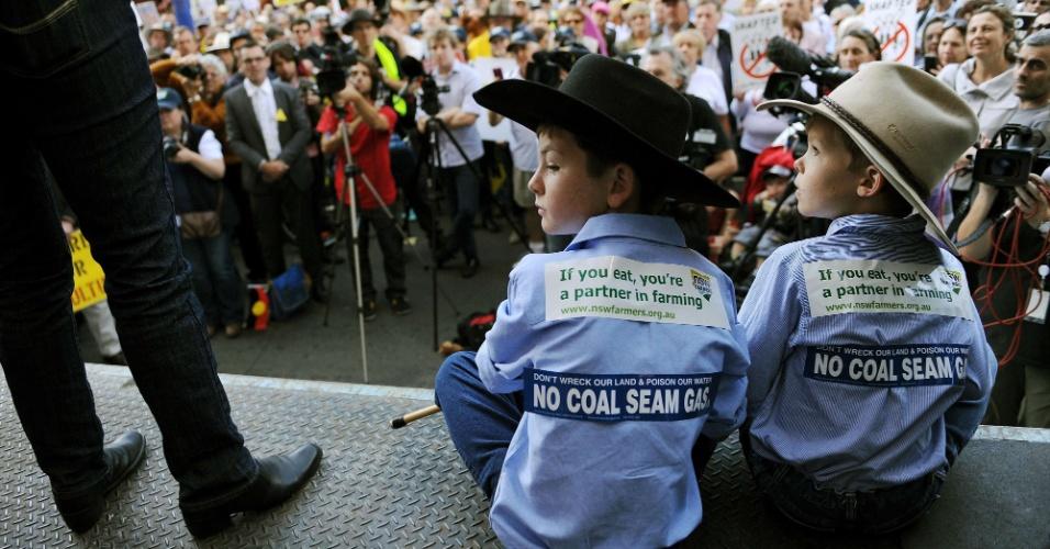 Meninos participam de protesto por restrições mais rígidas à mineração do lado de fora do Parlamento de NSW, em Sydney, na Austrália