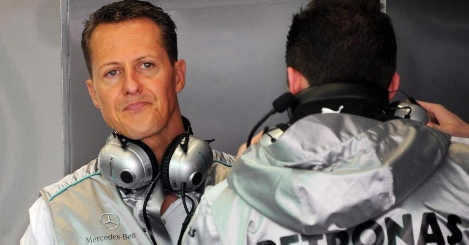 Michael Schumacher acompanha no box da Mercedes o treino realizado em Mugello
