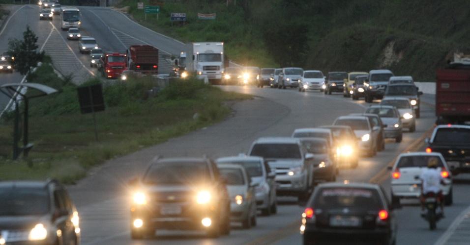 Movimento de veículos na BR-381, em direção a Belo Horizonte (MG), no retorno do feriado prolongado