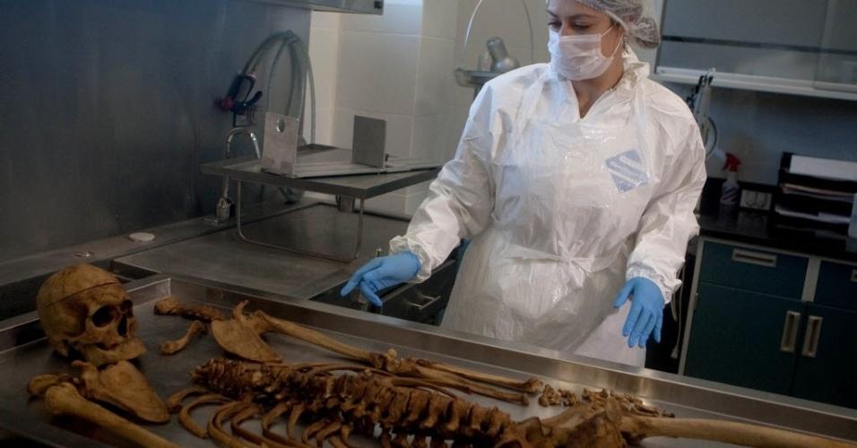 Mulher trabalha com esqueleto no laboratório do serviço médico forense de Ciudad Juarez, no México. O laboratório foi aberto pela primeira vez à imprensa nesta terça-feira (1º). Mais de 40 mil pessoas foram mortas em assassinatos ligados ao narcotráfico no país, desde dezembro de 2006