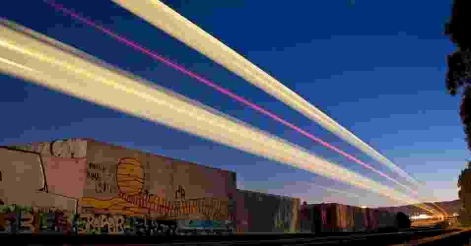 """O fotógrafo americano Aaron Durand transforma trens em movimento em """"feixes de luz"""" em suas imagens - Aaron Durand"""